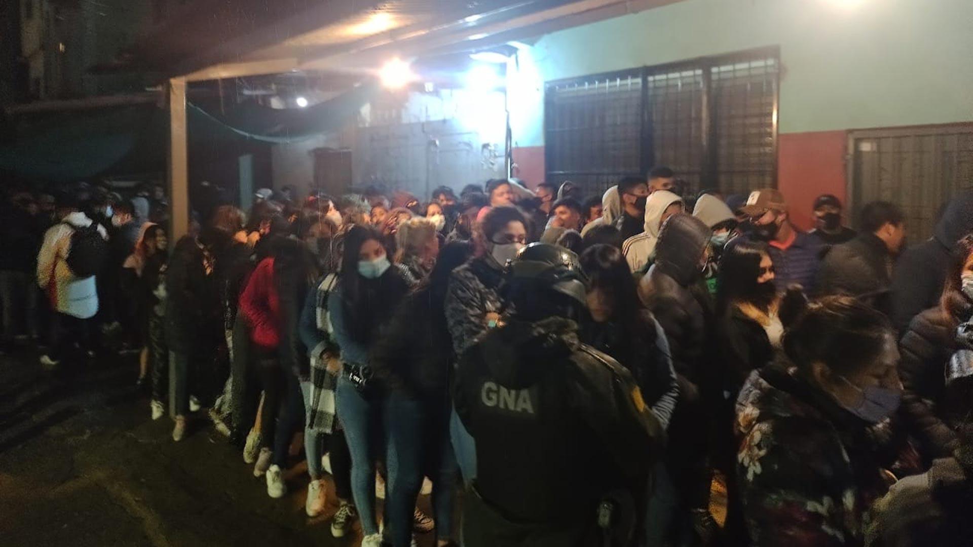 masiva fiesta clandestina con más de 140 personas