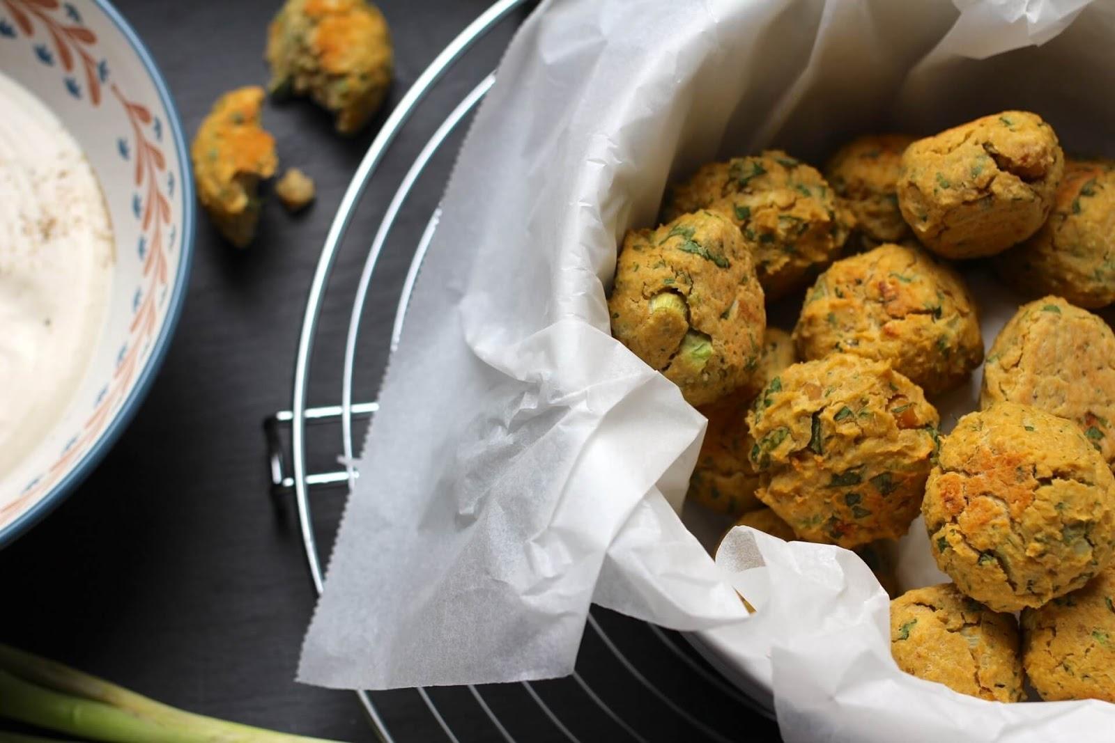 Kichererbsen Bällchen mit Joghurt-Sesam Dip