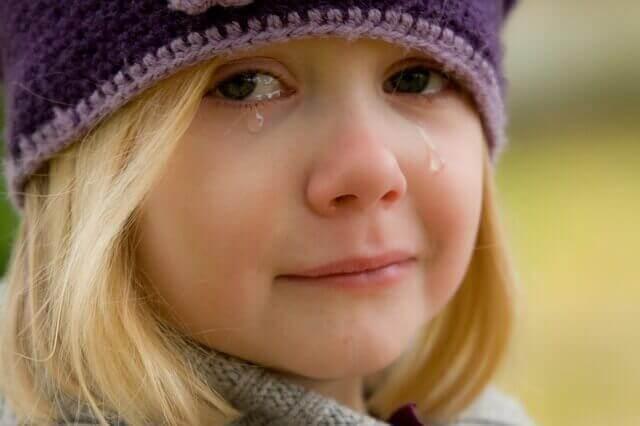 niña llorando con bullying