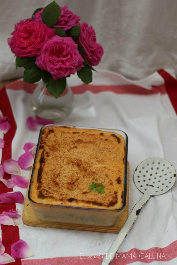 lasana blanca, con verduras, langostinos y merluza en fuente de cristal