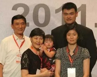 Childhood picture of Yao Qinlei with her parents & grandparents