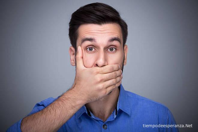 Hombre tapándose la boca para no hablar malas palabras