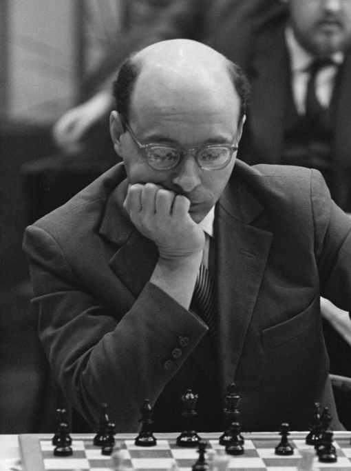 Grand maître international en 1950 (le plus jeune à la création du titre), David Bronstein fait match nul contre Mikhaïl Botvinnik lors du championnat du monde de 1951