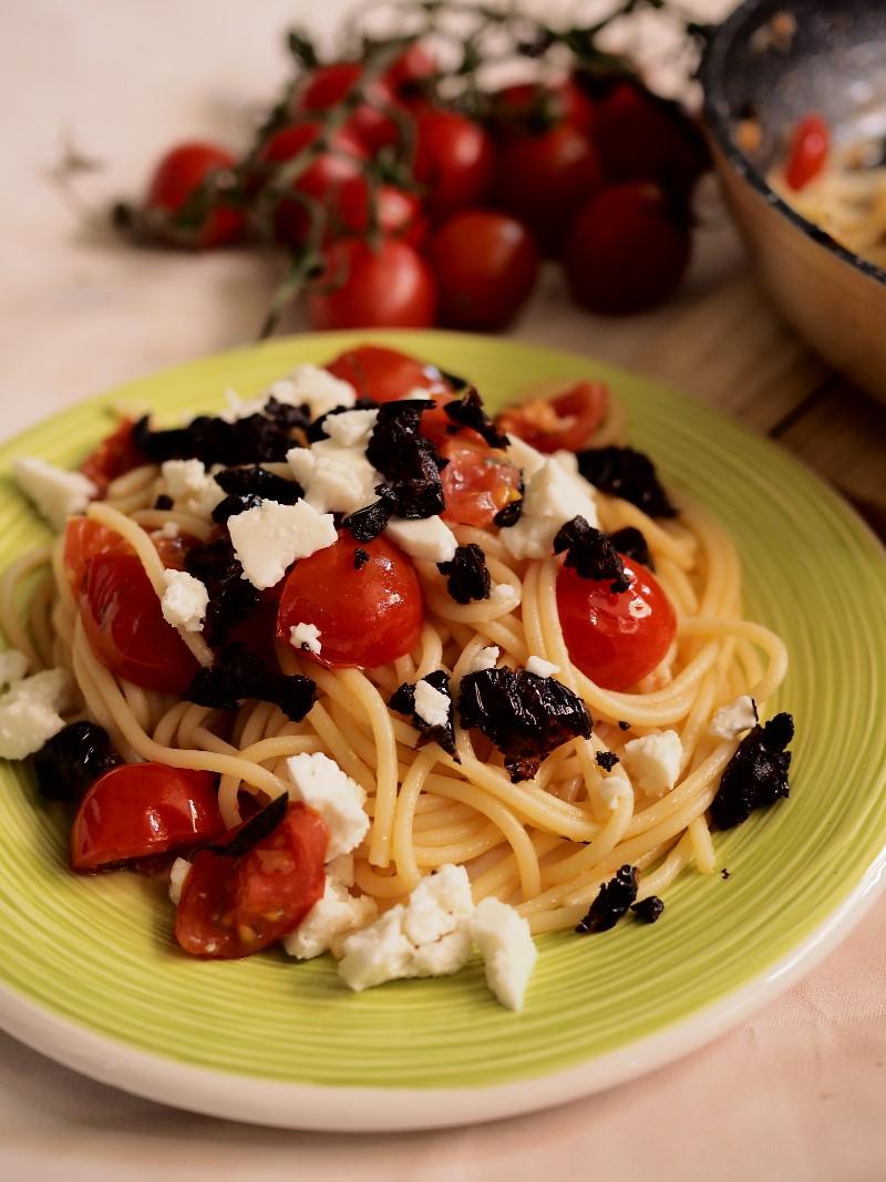 Espaguetis con tomates rustidos y olivada