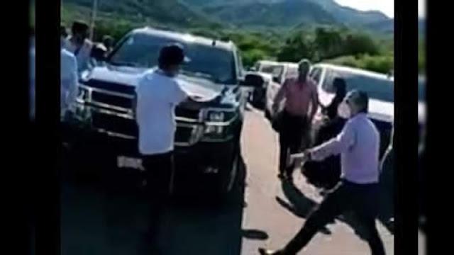 Se ha informado que personas en Sinaloa bloquean camioneta de Andrés Manuel López Obrador