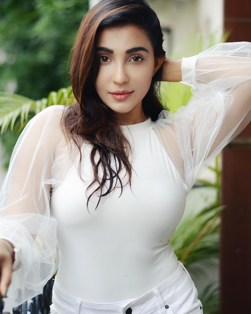 Actress Parvati Nair Latest Instagram Pictures in White Dress Navel Queens