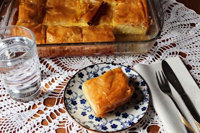 Budino di latte, uova e semolino al profumo di vaniglia, avvolto in pasta fillo, con sciroppo al limone  e cannella. Dolce tradizionale greco.