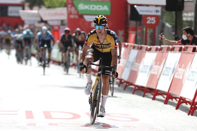 Primoz Roglic chegando para vencer sua segunda prova na Vuelta a España 2021