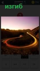 Среди холмов и гор пролегает дорога с изгибами самой необычной петлей в свете солнечных лучей