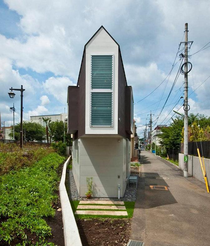 Esta casa estrecha en Japón parece pequeña sólo desde el exterior