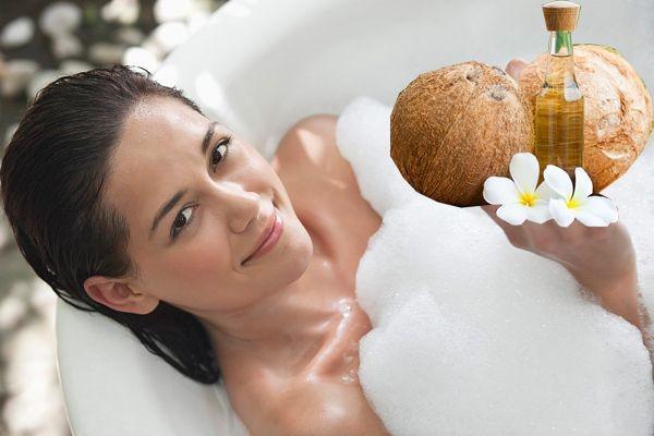 Làm trắng da bằng dầu dừa với sữa tắm hàng ngày