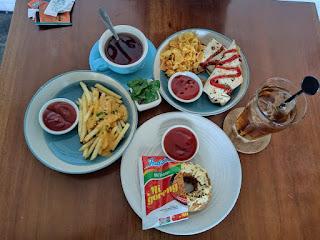 Menyantap Makanan Lezat di Shuga Cafe