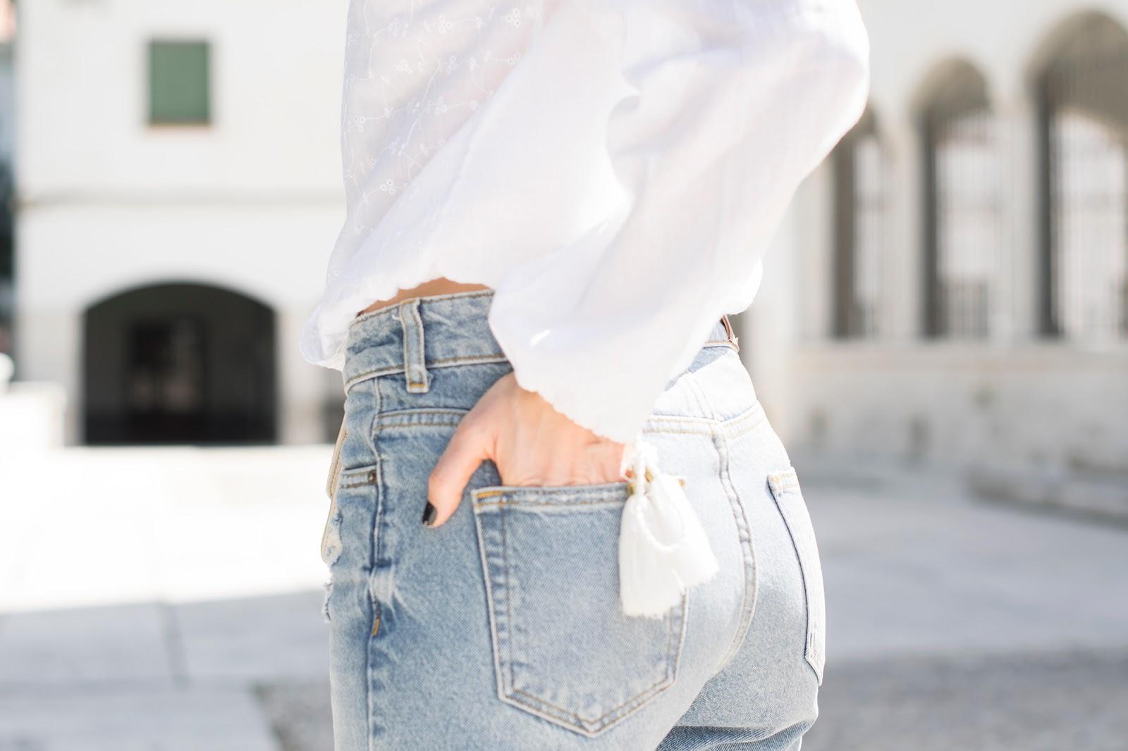 Look con mom jeans y mules ponteunostacones