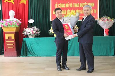 Thứ trưởng Bùi Phạm Khánh trao quyết định bổ nhiệm Giám đốc Bệnh viện Xây dựng Việt Trì cho bác sỹ chuyên khoa I Đỗ Hoàng Long