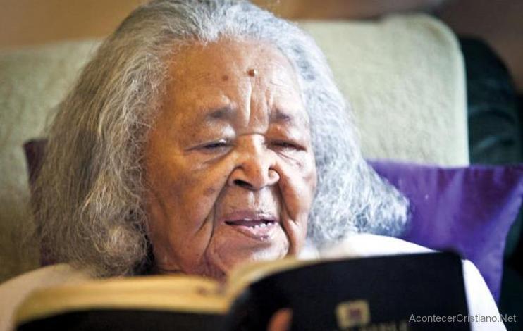 Anciana leyendo Biblia