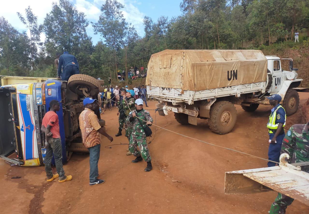 Satgas TNI Konga XXXIX-B RDB/MONUSCO Bantu Evakuasi Truk Terguling di Kongo