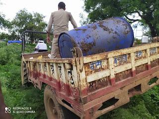 बबीना जनपद झांसी पुलिस द्वारा ग्राम नयाखेड़ा खेड़ा स्थित कबूतरा डेरा पर छापा मारकर 250 लीटर देशी कच्ची शराब नाजायज बरामद