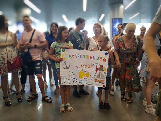 До України повернулися 15 моряків після трьох років ізоляції в Омані