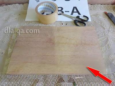lapisi permukaan papan dengan lakban bening