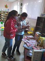 Девочки подбирают книги фото