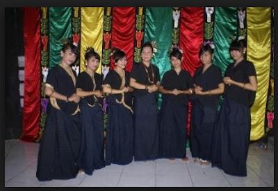 pakaian adat wanita suku donggo