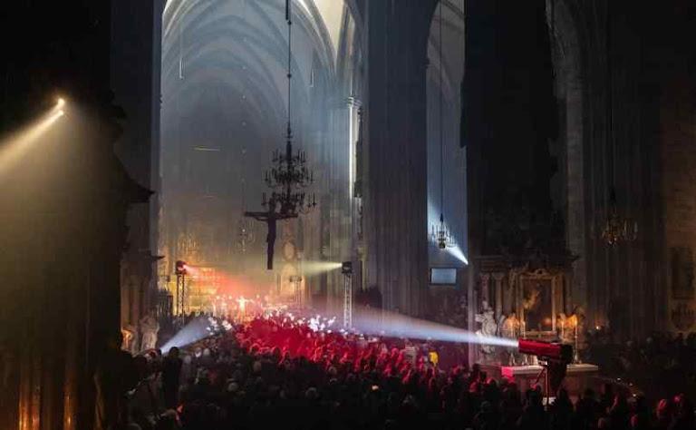 Catedral de Viena transformada em local de bacanal para reunir dinheiro para a agenda LGBT em 2018
