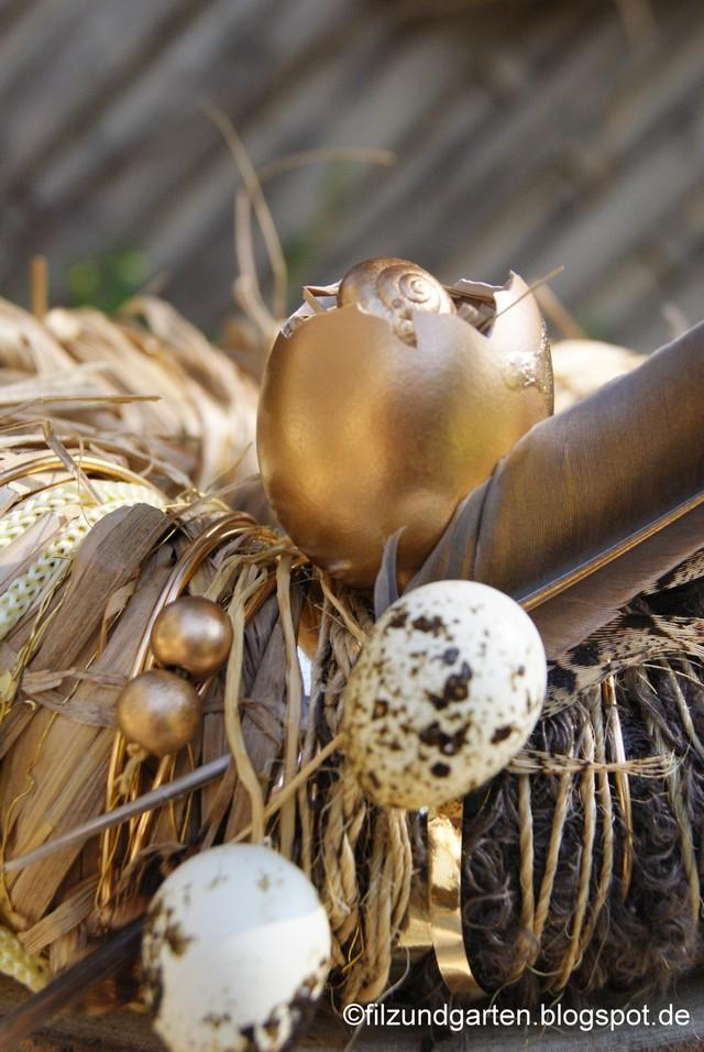 Kranzdekoration aus goldenem Ei, Federn, Perlen, Wachteleiern