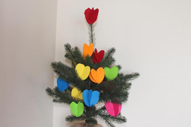 Pinheiro pequeno, decorado com corações de várias cores