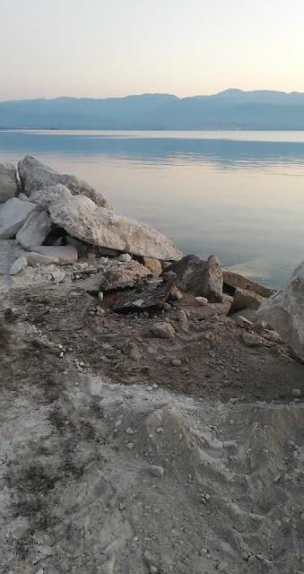 Πόσο θράσος πρέπει να έχει κάποιος για να ρίχνει μπάζα και υλικά οικοδομών και κατεδαφίσεων στη θάλασσα
