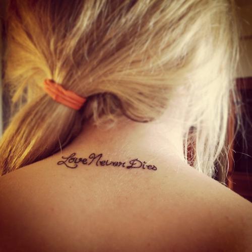 Cgica rubia con pelo recogido y tatuaje de frase en la nuca que dice el añor nunca muere