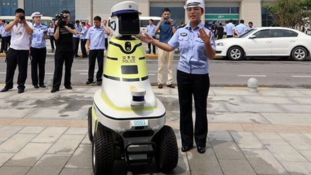 في الصين.. الروبوتات تحل محل شرطة المرور
