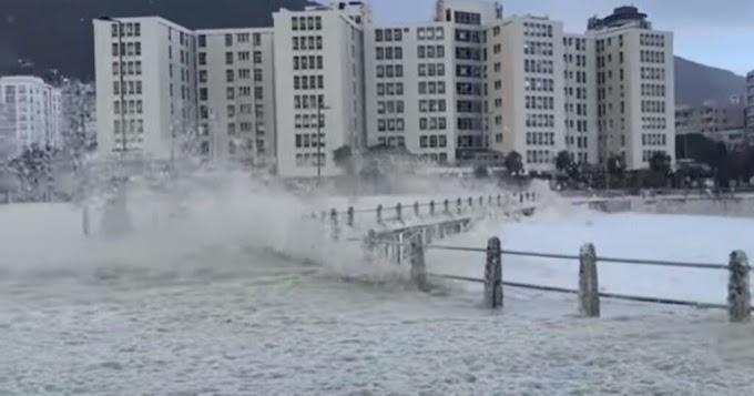Il lungomare di Città del Capo sotto la schiuma