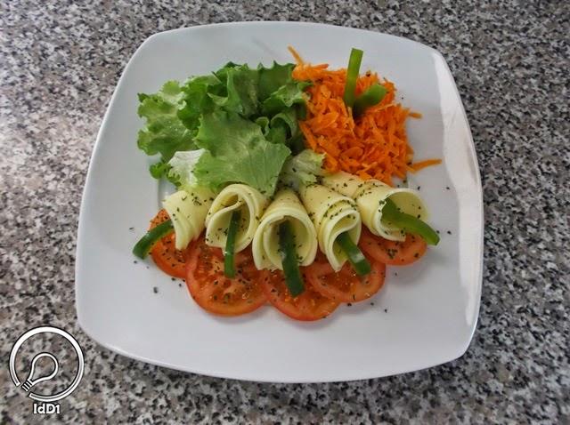 Decoração com salsa e pimentão - Salada caprese com queijo mozarela - Ideia do Dia 1