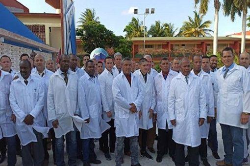 Brigada de médicos cubanos llega a Italia para frenar Covid-19