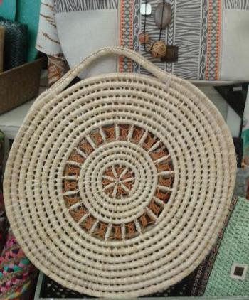 Bolso artesano natural con dibujo central