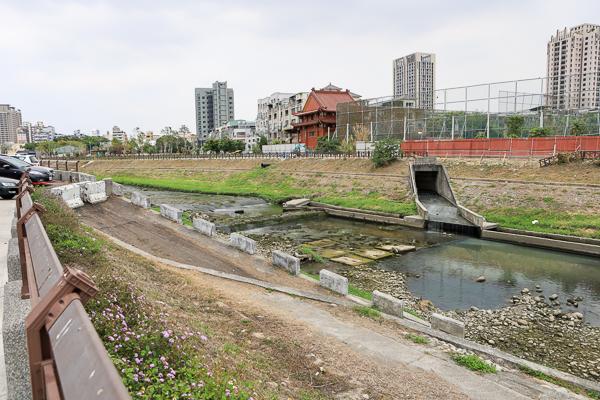 台中大里旱溪排水水利園區(藍花楹公園)水岸步道、雲彩橋散步好去處