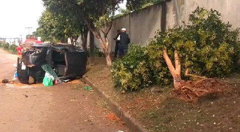Policial fica ferido após colidir carro contra árvore