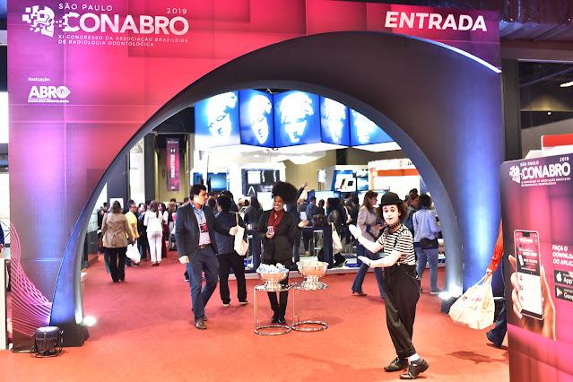 Atração Mímico de Humor e Circo na entrada do congresso Abro em São Paulo.