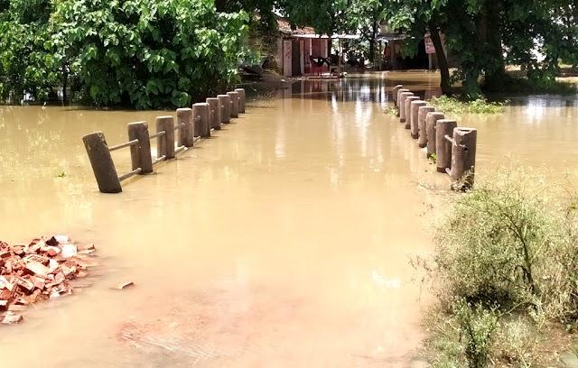 बाढ़ के पानी से कई गांव घिरा, हो रही समस्या