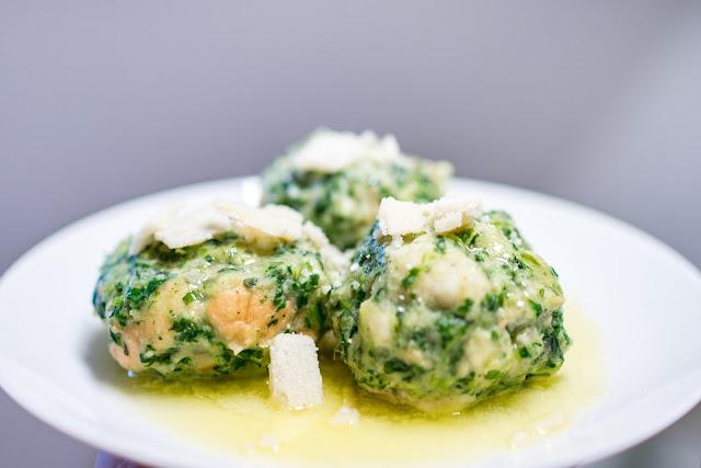 Outdoor Kitchen 02  Südtiroler Spinat-Käse-Knödel  Rezept-Spinatknödel  Südtiroler-Spezialität  Zubereitung-Käseknödel 01