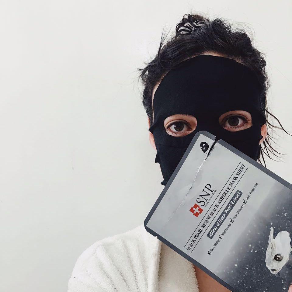 Mujer usando mascarilla Black Pearl