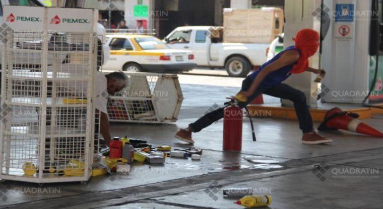 Encapuchados regalan gasolina y destrozan establecimiento