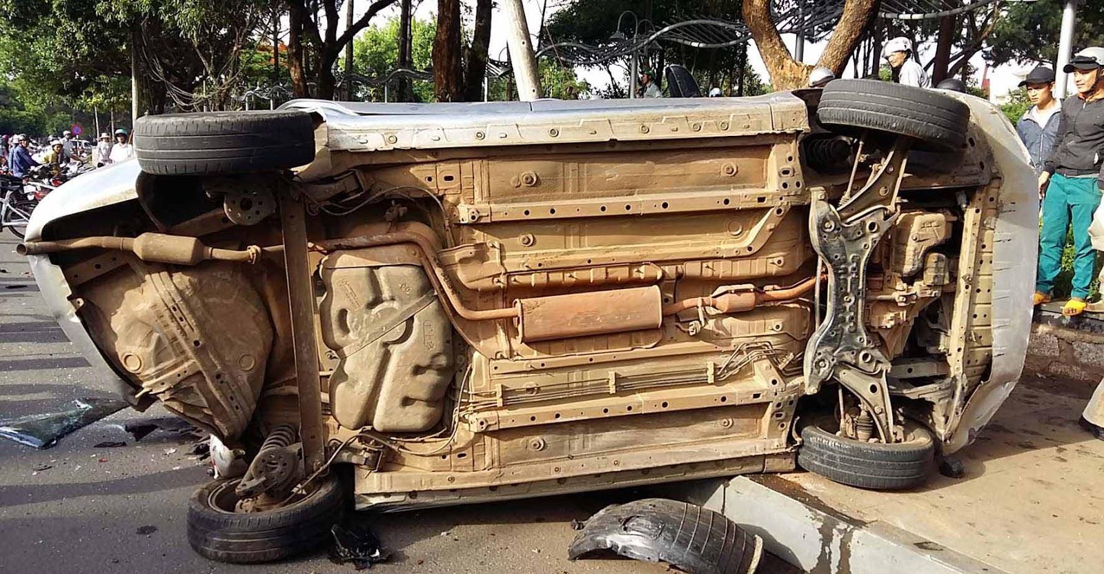 Gia Lai: Ô tô con tông hàng loạt xe máy dừng đèn đỏ, nhiều người bị thương
