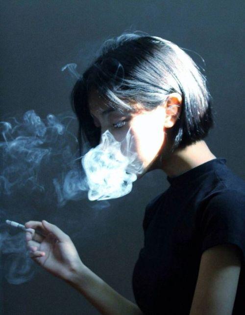 Hình ảnh con gái hút thuốc lá buồn đầy tâm trạng