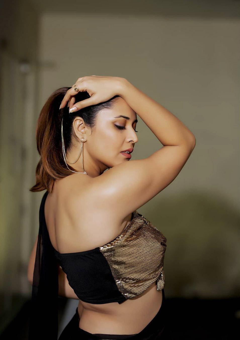 Anasuya Bharadwaj in Saree Photos