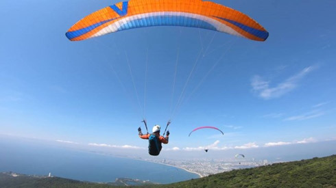 Open Paragliding Championship attracts many attendee at Quang Ngai