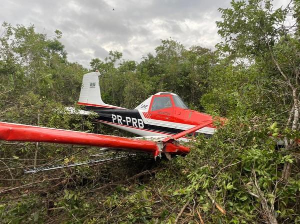 Avião agrícola cai em mata e piloto sai sem ferimentos em Vilhena, RO
