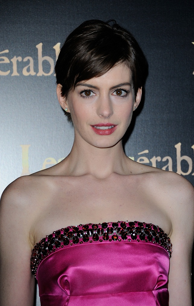 Anne Hathaway Wears Vibrant Prada To The Les Miserable