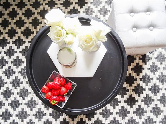 valkoisia ruusuja, piensisustusta, pieni maljakko, olohuone,