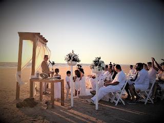 Maestro de ceremonias en una boda en la playa de la Ballena